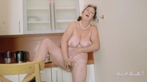 [AuntJudys] Esmerelda Strips And Masturbates For You In The Kitchen (2019/694.66 MB/1080p)