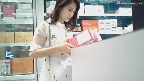 Upskit Young women shopping for duty-free